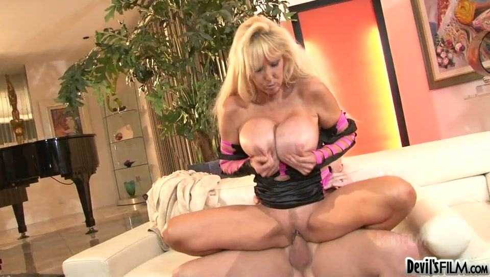 Super busty mature prostitute Tia Gunn rides giant fresh cock in reverse style