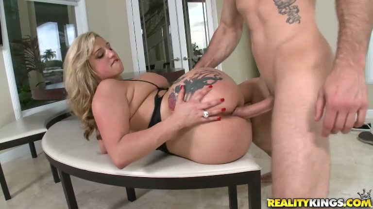Blonde hoe with big boobs Dayna Vendetta gets banged on the table